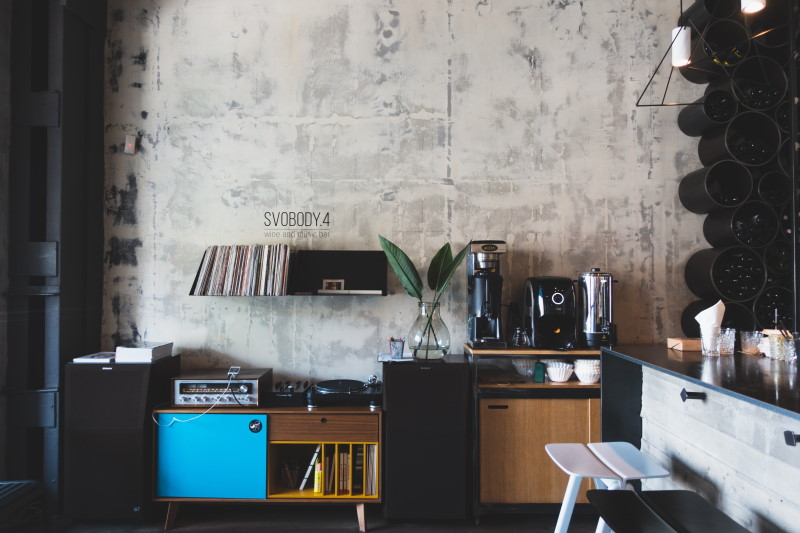 σαλόνι με τοίχο από τσιμέντο