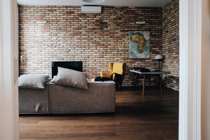σαλόνι με τοίχο από τούβλά