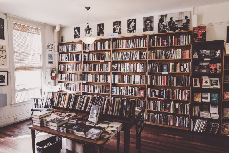 βιβλιοθήκη γεμάτη βιβλία