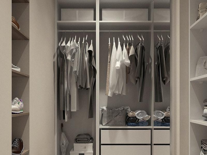 Τακτοποιημένη ντουλάπα ρούχων