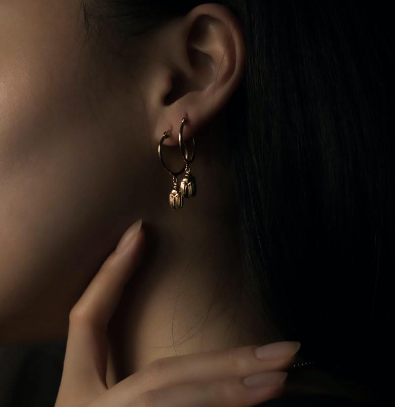 Γυναίκα με δύο σκουλαρίκια στο αυτί