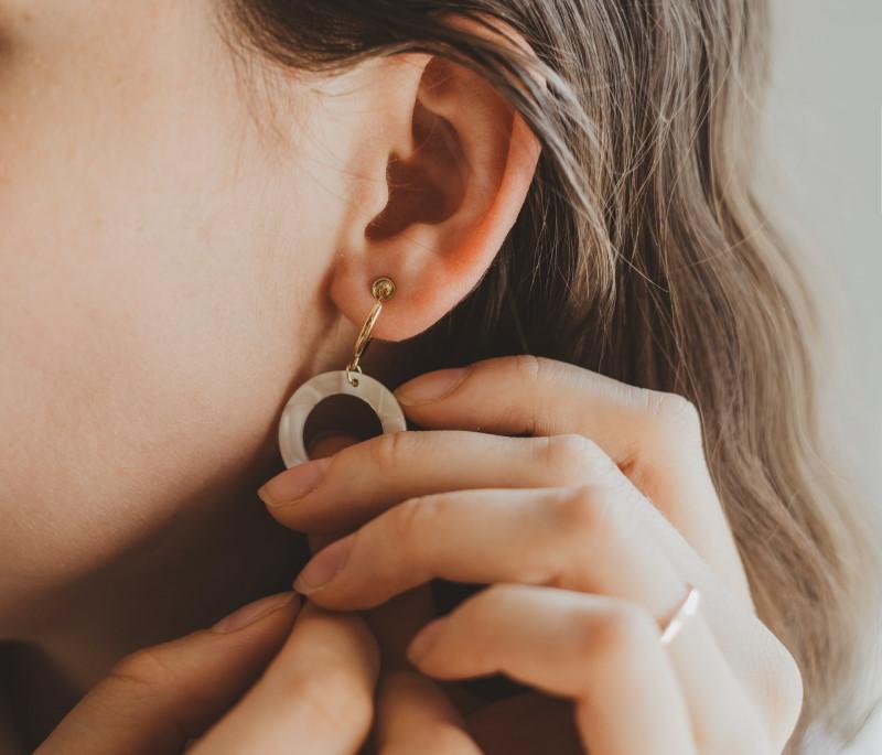 Γυναίκα φοράει σκουλαρίκι