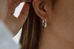 Ασημένια σκουλαρίκια σε γυναίκα τύπου μικροί κρίκοι