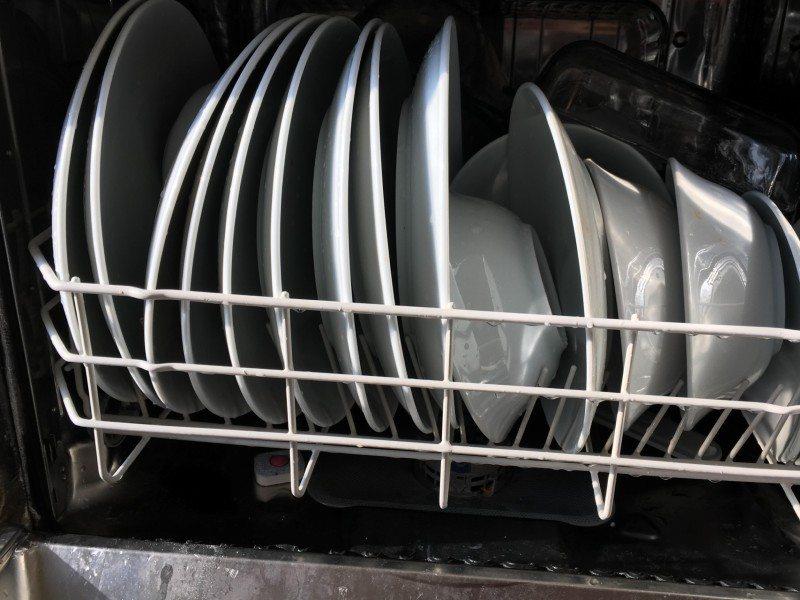 Επαγγελματικό πλυντήριο πιάτων γεμάτο με πιάτα